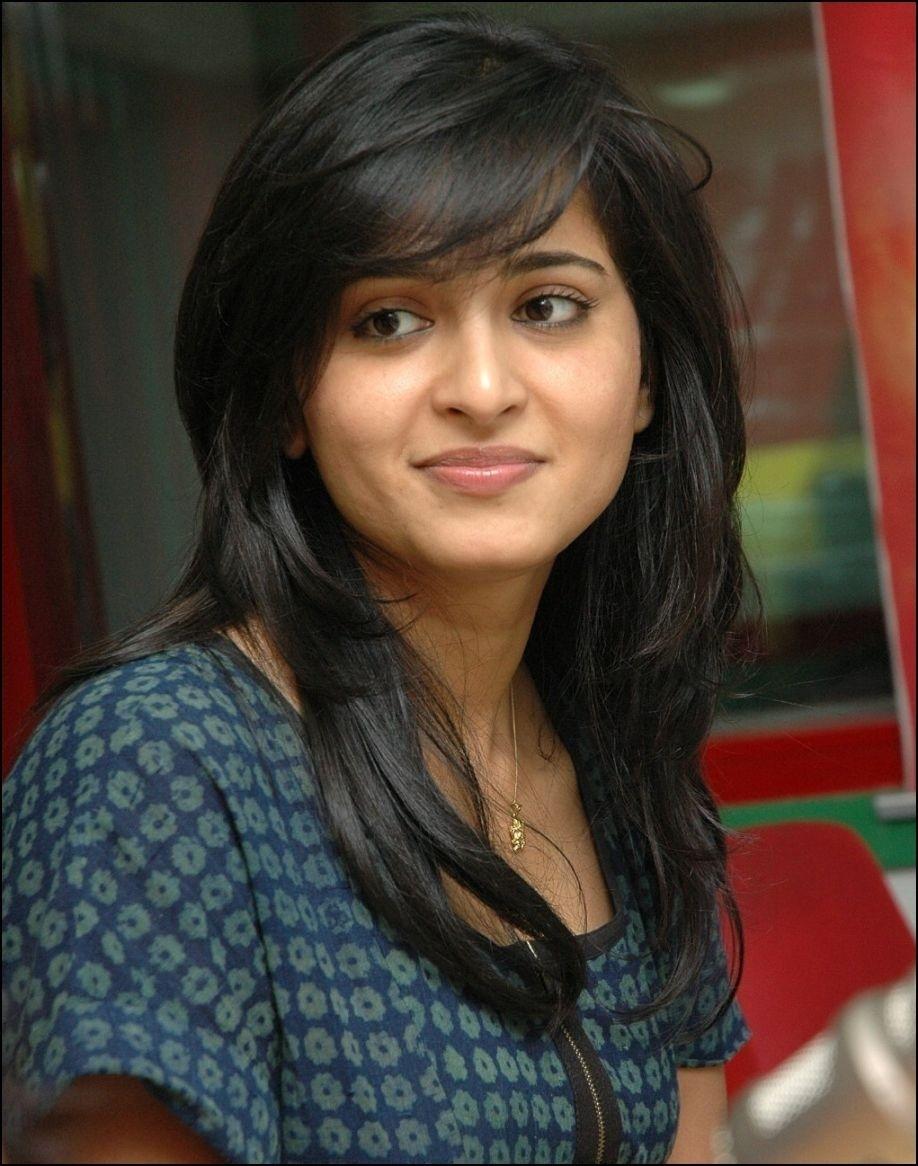Hair Cut For Round Face Indian Girl - Wavy Haircut-2026