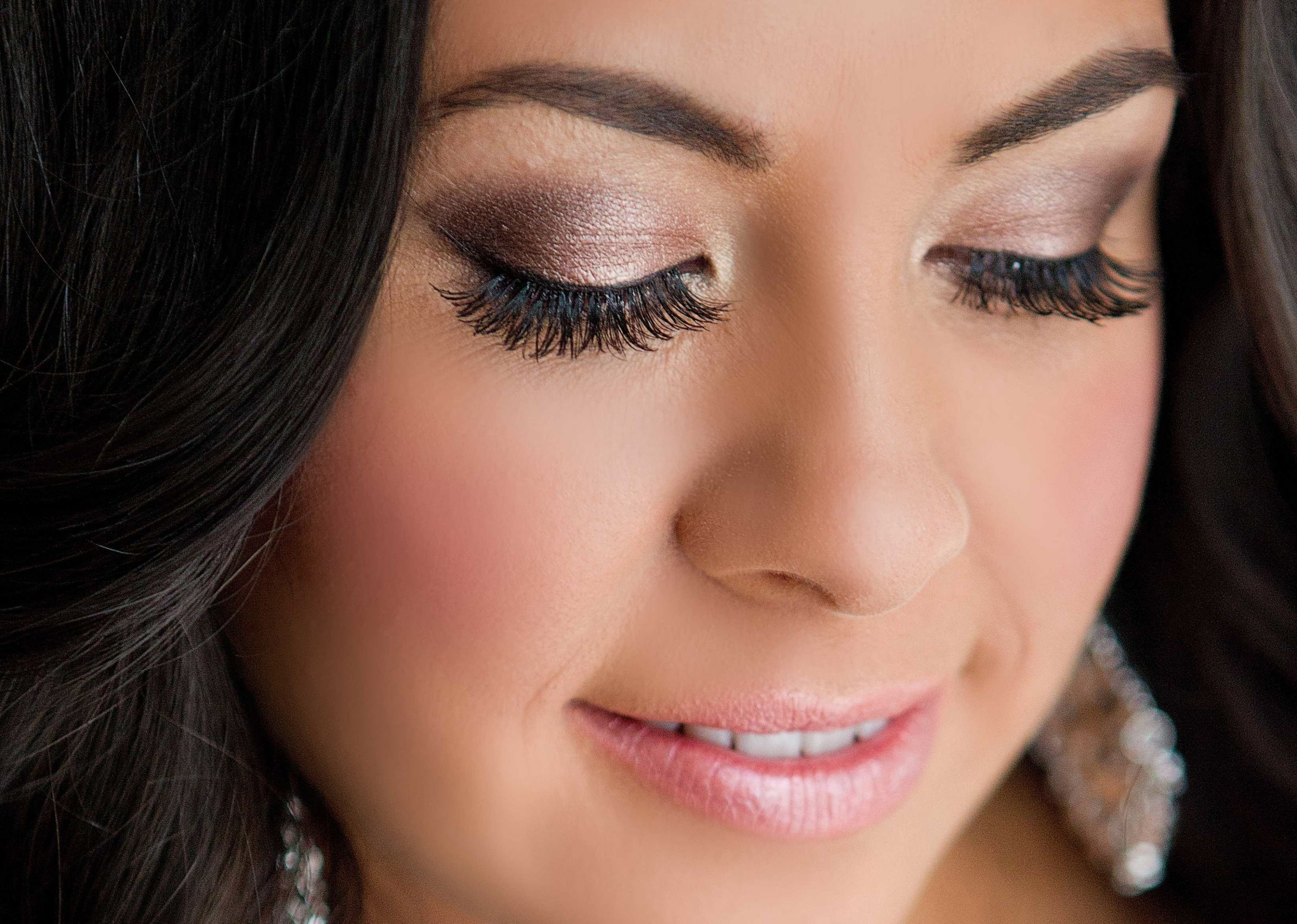 wedding makeup looks for hazel eyes - wavy haircut