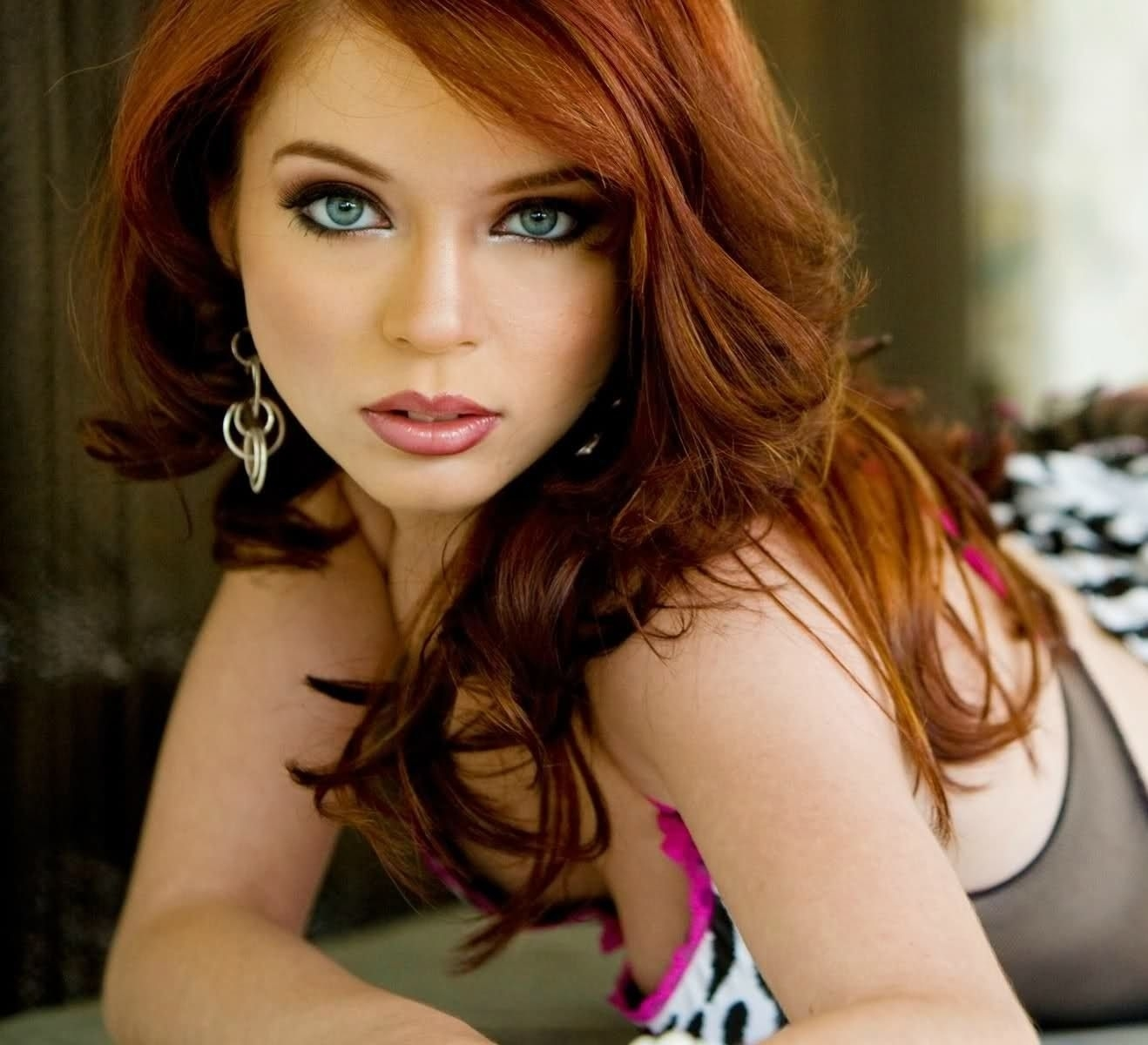 best makeup colors for red hair and hazel eyes - wavy haircut