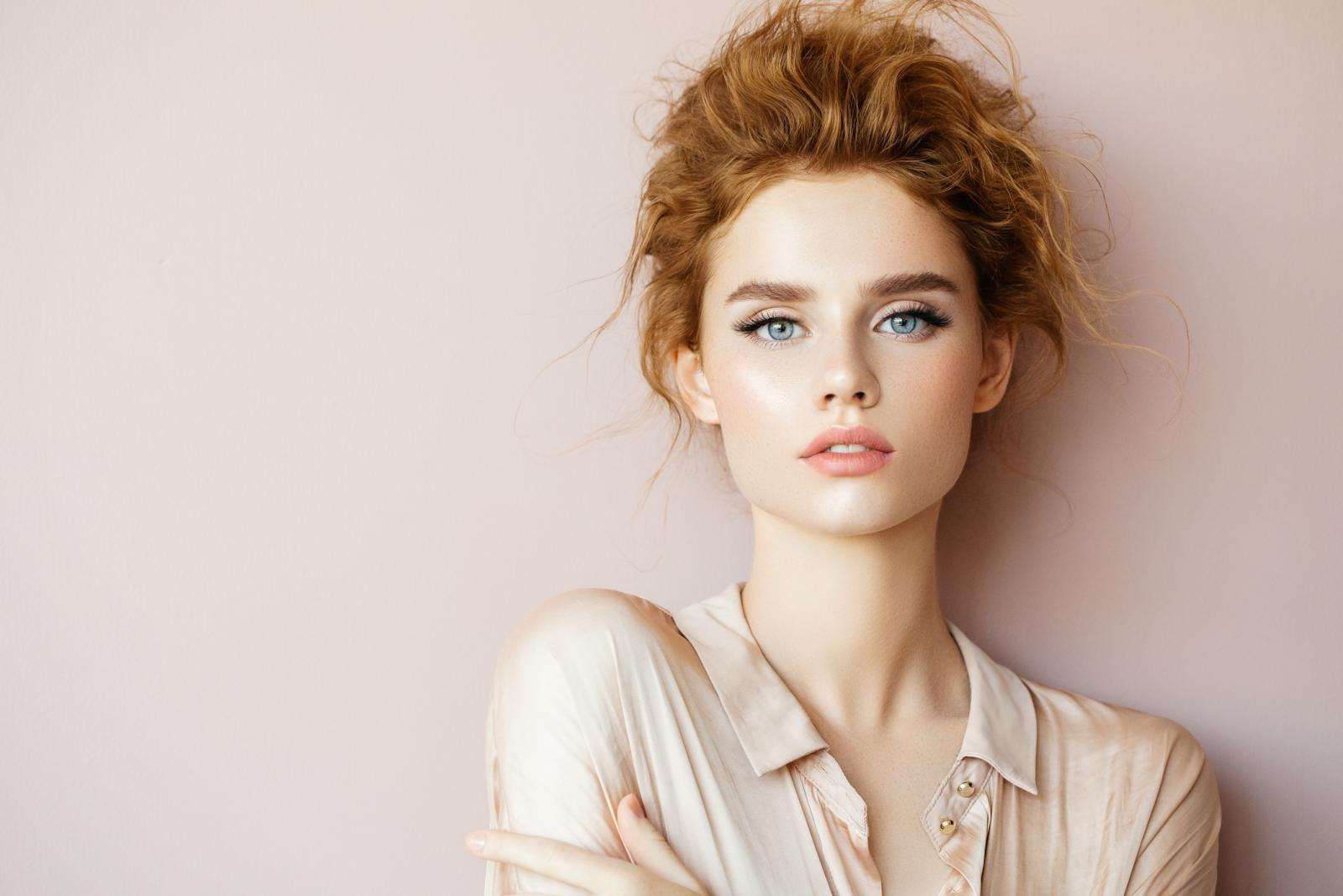 natural makeup for green eyes and red hair - wavy haircut