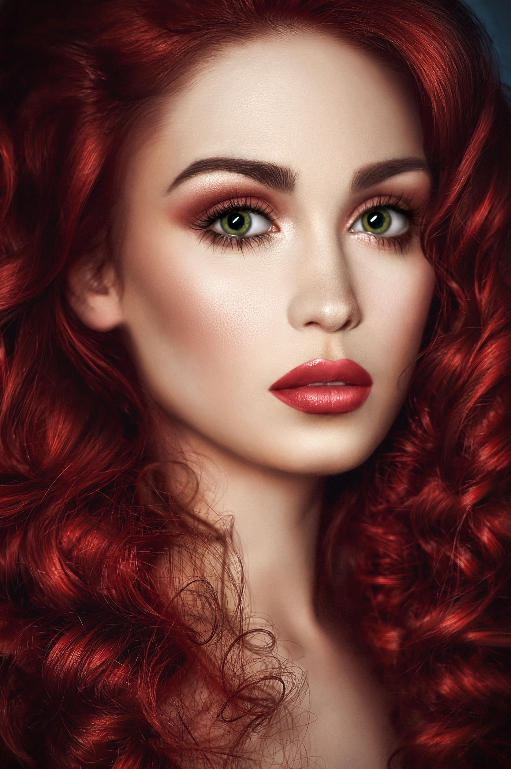 makeup colors for dark red hair and green eyes - wavy haircut