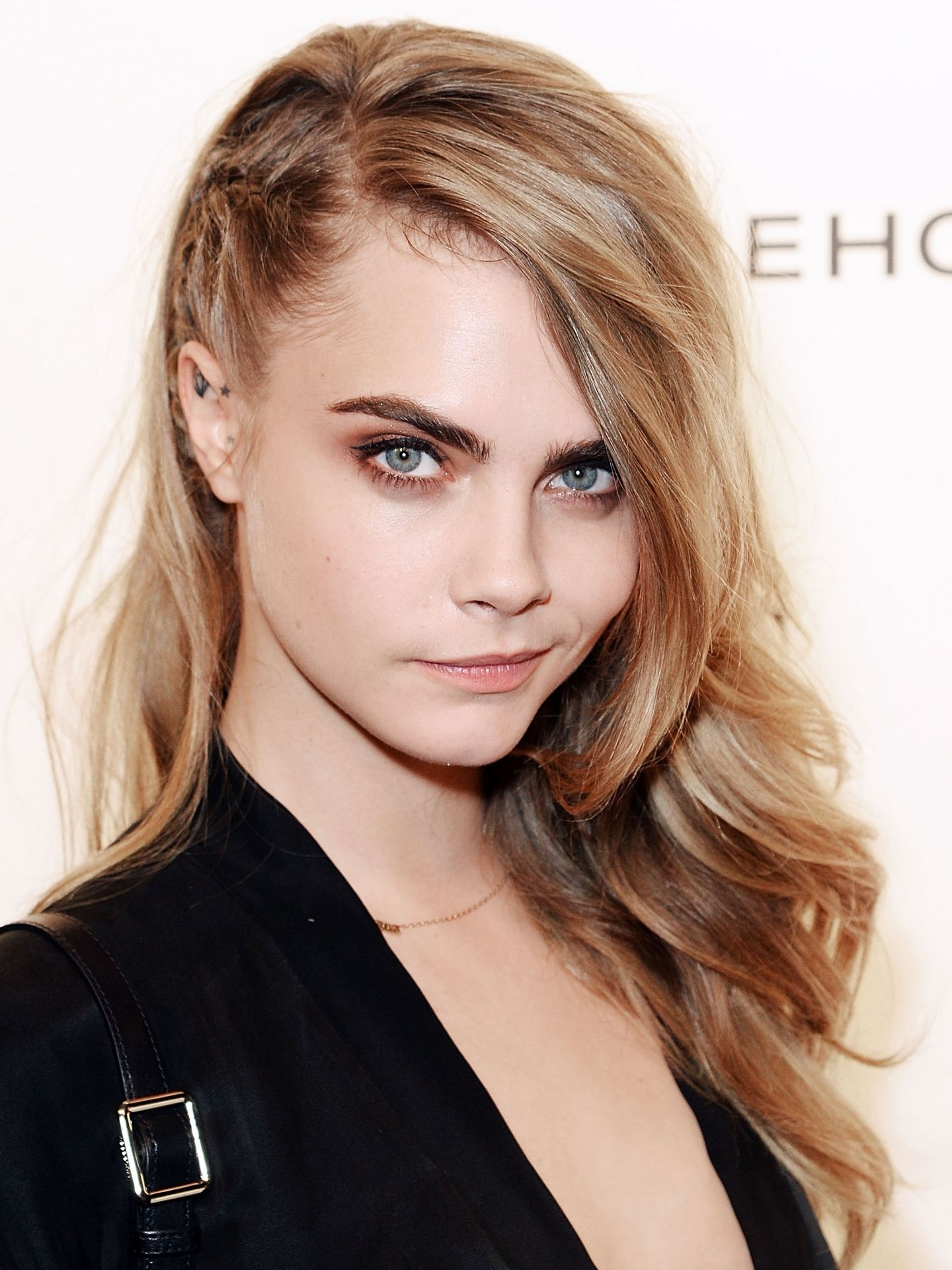 11 Side Swept Hairstyles - Celebrity Side Hairstyle Inspiration with One Side Hair Long